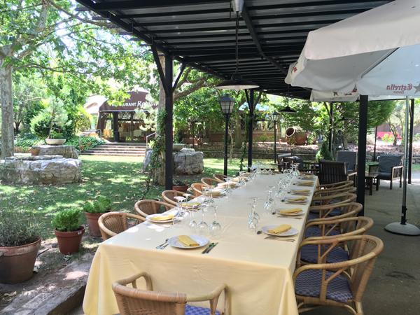 Imatge de la taula d'un menjador del Restaurant Ramon a l'exterior
