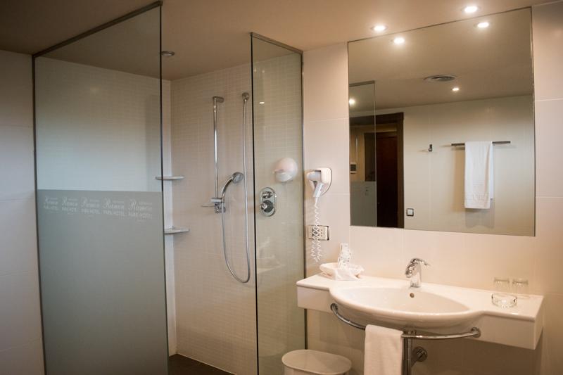Segona vista del bany d'una suite a Hotel Ramon
