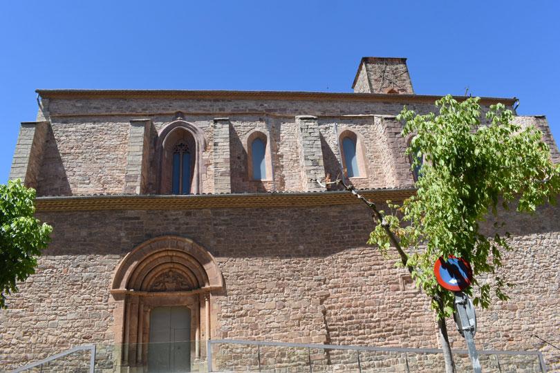 Esglesia en el nucli antic de Santpedor prop de Ramon Pârk Hotel